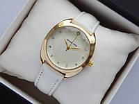 Женские наручные часы Michael Kors, золотистого цвета на белом кожаном ремешке, со стразами, фото 1