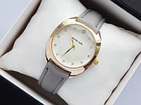 Женские наручные часы Michael Kors, золотистого цвета на сером кожаном ремешке, со стразами, фото 1