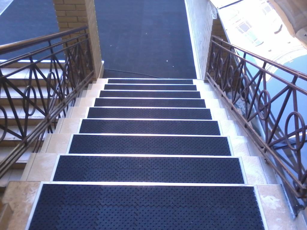 защита от скольжения на ступенях