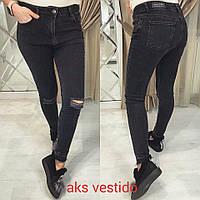 Женские стильные с порванными коленками   джинсы цвет Черный НОВИНКА