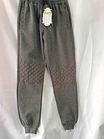 Спортивные штаны для мальчика на 5-8 лет серого цвета на манжете с надписью оптом