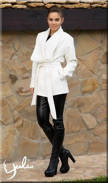 Женское белое пальто с воротником