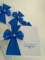 Приглашения на свадьбу с синим бантиком.