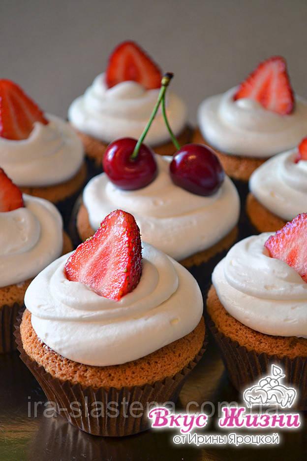 Капкейк  ванильный с шапочкой из молочно-шоколадного крема  и свежей ягодкой