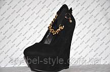 Туфли на танкетке замшевые чёрные с цепочкой на ремешке, фото 2