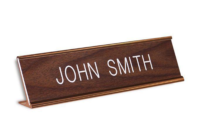 Подставка-идентификатор темно коричневого цвета. Из натурального дерева Wooden name plaque