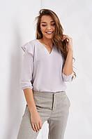 Красивая светло-серая блузка с рюшами на рукавах