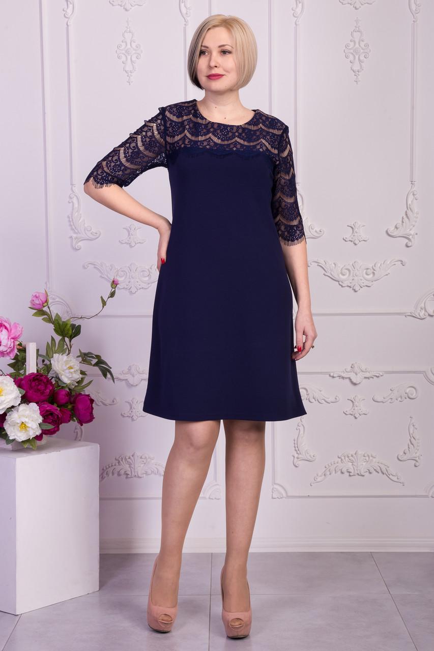 Женское платье украшено кружевом синего цвета
