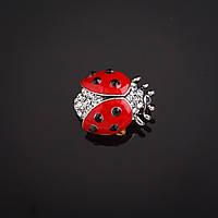 """Брошь  Божья коровка красная эмаль  со стразами цвет металла """"серебро"""" 2,2х2,2см Код: 653657773"""