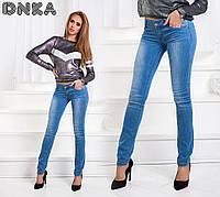 Модные светлые слегка зауженные джинсы
