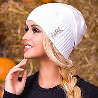 Белая вязаная демисезонная шапка