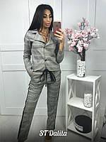 Женский брючный костюм в клетку: пиджак и брюки на резинке