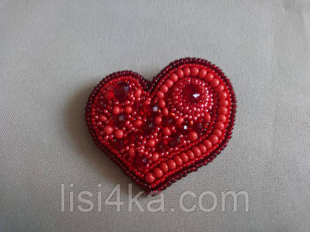 Красная брошь из бисера ручной работы в форме сердца