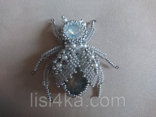 Светлая брошь в форме жука с натуральным камнем