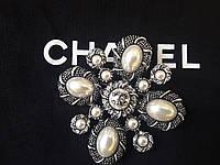 Брошь с жемчугом и камнями, брендовое украшение в класическом стиле