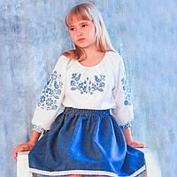 Костюм вышитый нарядный с цветочным узором в голубых тонах для девочки
