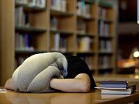 Оригинальный гаджет предназначен для комфортного сна в любом месте и в любое время Ostrich Pillow