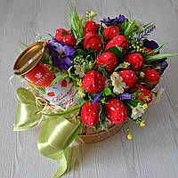 """Подарок из конфет на 8 Марта для мамы """"Клубники"""""""
