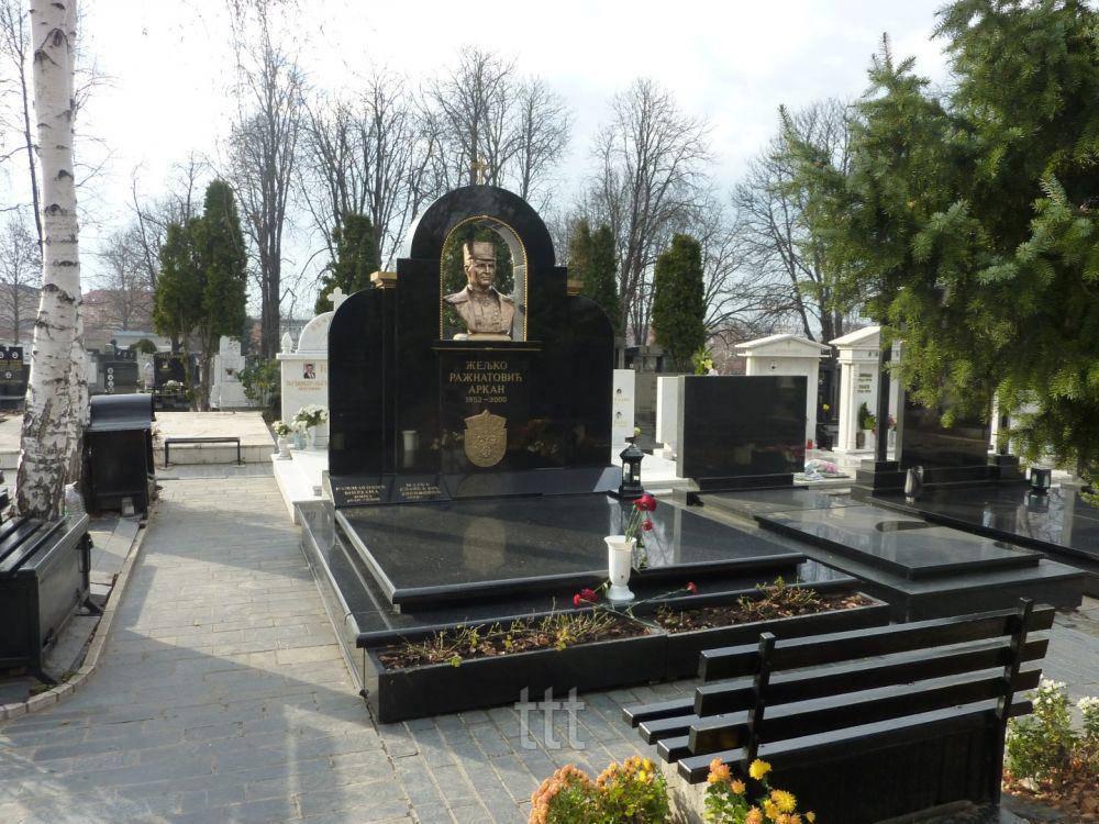 Памятник с Бронзовым бюстом