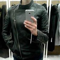 Куртка кожаная (косуха) с декоративными строчками, воротник стойка, цвет - черный