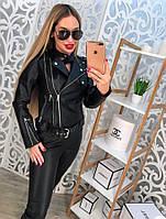 Стильная черная кожаная куртка.