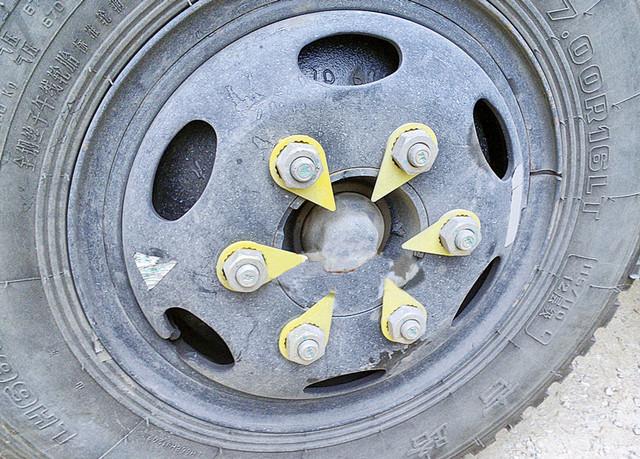 Индикатор положения гайки крепления колеса