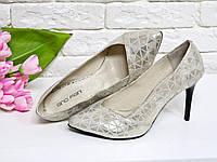 Туфли на каблуке из натуральной кожи песочного и нежно золотого цвета, с не ярко выраженным рисунком