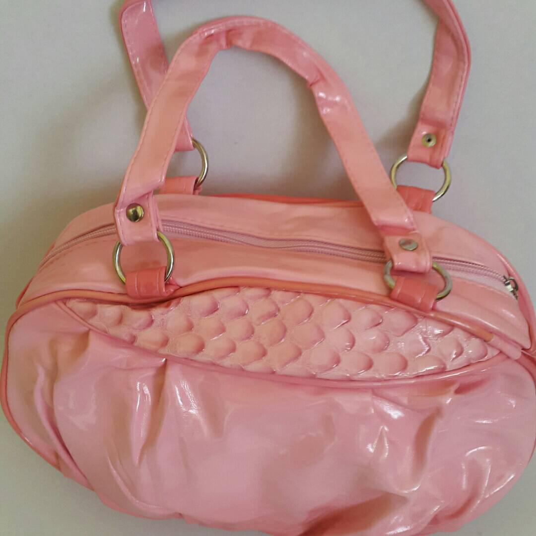 Женская лаковая сумка 18х30 см розового цвета