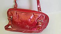 Лаковая сумка 18х30 см  красного цвета