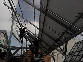 Тыльная сторона навеса из черного металла для солнечных панелей