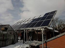 Поле солнечных панелей на конструкции из черного металла