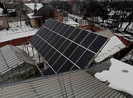 Поле солнечных панелей на конструкции из черного металла вид сверху