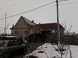 Поле солнечных панелей на скатной крыше