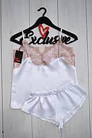 Белый атласный комплект пижамы: майка с бежевым кружевом