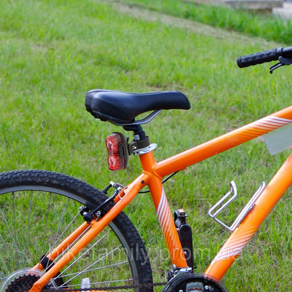 Яркий задний велосипедный габарит.