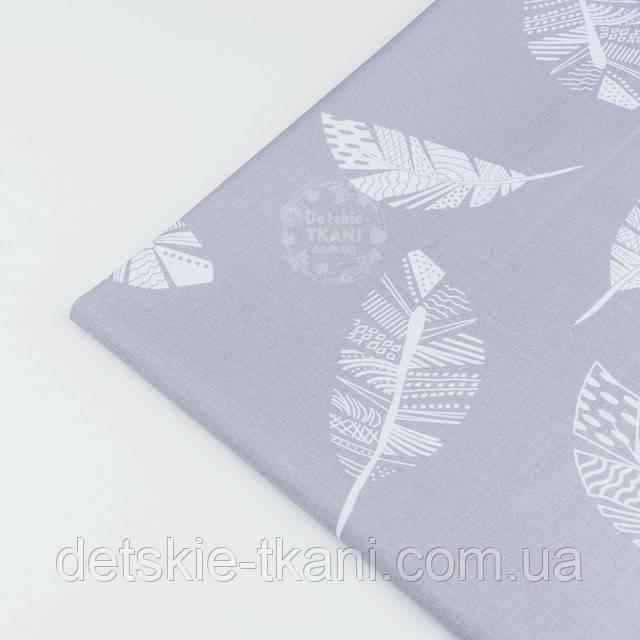 Ткань с белым перьям на сером