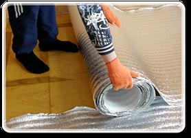 Для начала нужно вымести поверхность и уложить теплоотражающий материал. В качестве теплоотражающие материала рекомендуется использовать фольгированный материал, который должен имет покрытия с металлизированной лавсановой или полипропиленовой пленкой