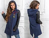 Длинная женская куртка на молнии с рукавами из эко-кожи и эмблемой на груди