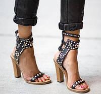 В тренде 2018 года - туфли из переливающихся тканей  и босоножки на плоской подошве