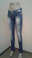 Женские джинсы голубые зауженные, отделка строчка