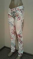 Женские джинсы белые с цветочным принтом