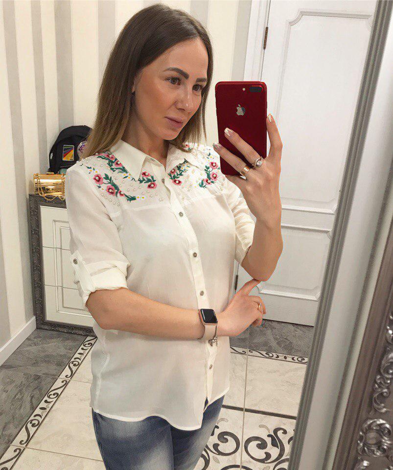 Красивая белая блузка рубашечного стиля