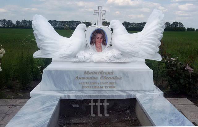 памятники из мрамора с двумя голубями женский