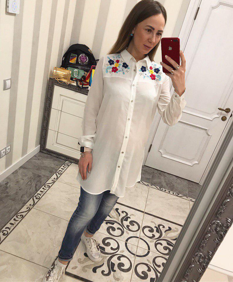 Красивая белая рубашка декорирована вышивкой