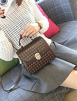 Трендовая сумка сундук с мраморным оттенком и заклепками, фото 3