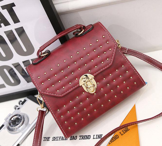 Трендовая сумка сундук с мраморным оттенком и заклепками