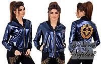 Блестящая женская кожаная курточка с нашивками