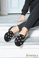 Роскошные, женские, замшевые туфельки на невысоком каблуке, декорированы жемчужной фурнитурой.