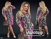 Платье геометрический принт с небольшим вырезом. Цвет - фиалка, зеленый.