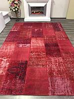 Состаренный винтажный ковер в красном цвете